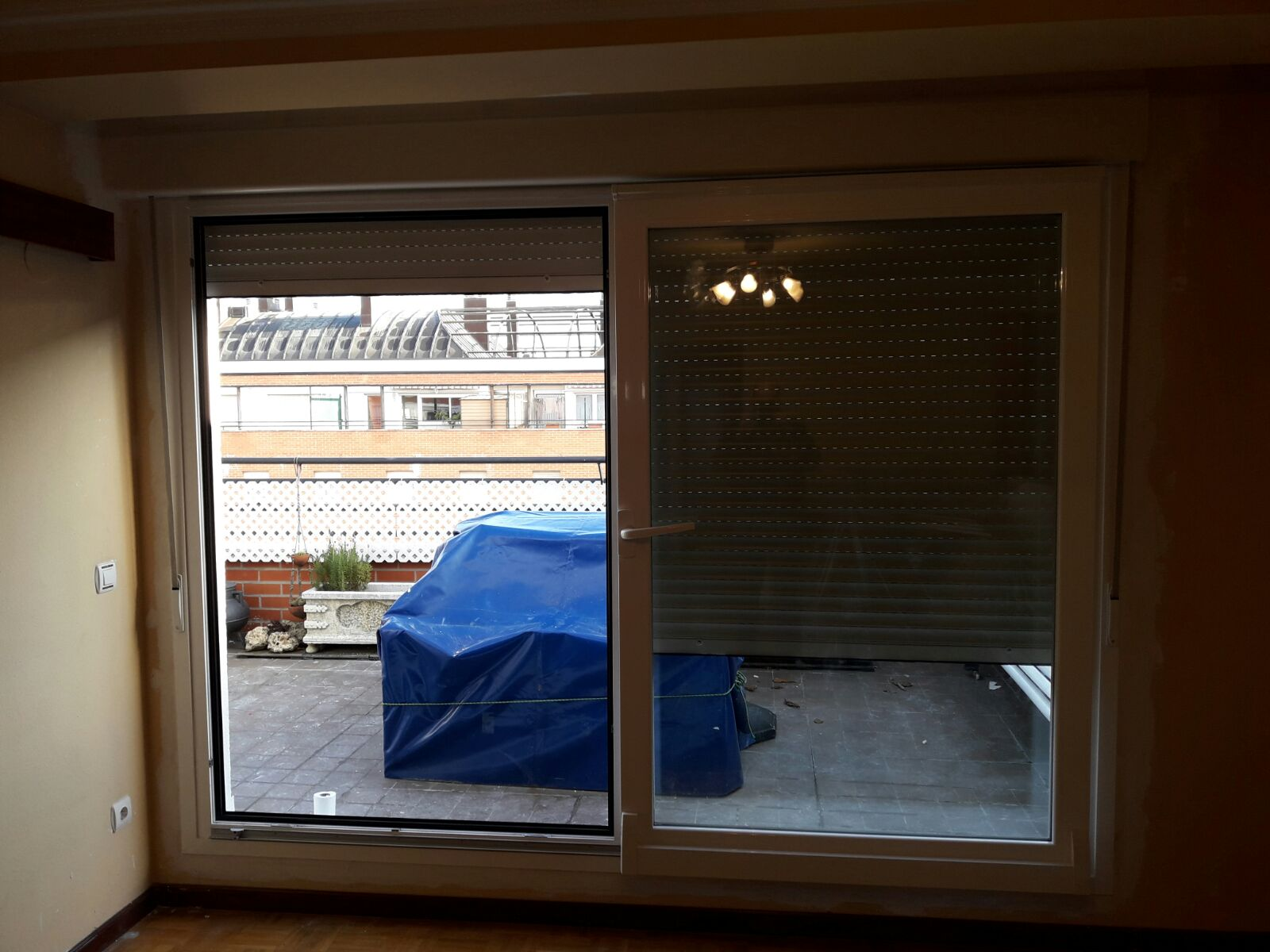 Puerta ventana de aluminio latest puerta ventana balcon for Puerta osciloparalela